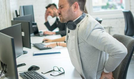 Dolor de espalda cuando se permanece largas horas sentados: ¿Cómo aliviarlo?